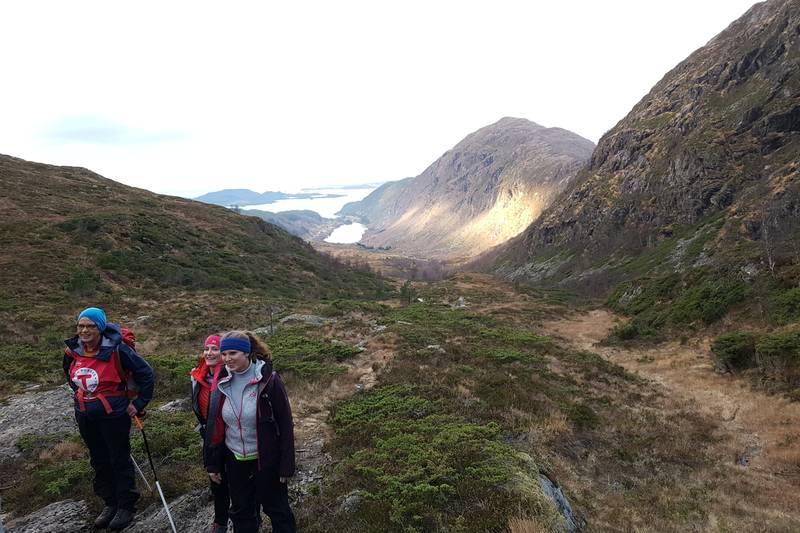 Turen går aust og oppover Råkadalen. I vest ser du Standalsvatnet og Skålefjell