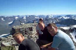 Matpause på toppen av Norge. Hva mer kan man ønske seg på en skyfri sommerdag?  - Foto: Ukjent