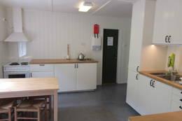 Kjøkken har kan du lage maten din på strøm eller gass - Foto: Lene Rønneberg