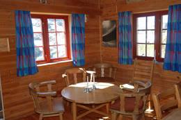 Interiør fra stuen på Høgabu. - Foto: Torill Refsdal Aase
