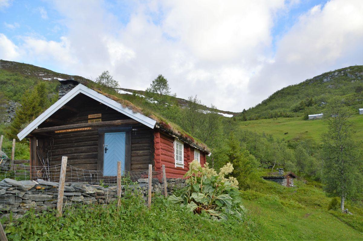 Selet er hovedhuset i tunet, koselig stue og kjøkken