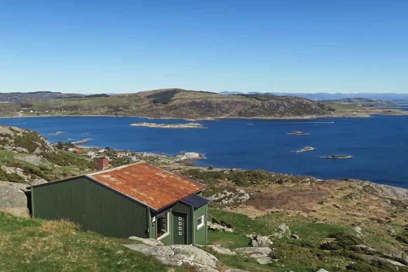 Utsikt mot Mosterøy. Turistforeningens hytte ligger vakkert til i terrenget.