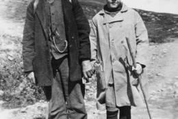 POSTEN SKAL FREM: Med turistene fulgte også posten - her landpostbud Johan Løkken med følgesvenn rundt 1910 på ruta mellom Bessheim og Gjendesheim. - Foto: Ukjent