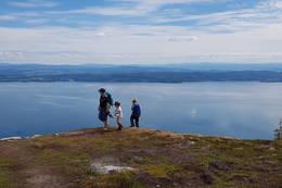 På tur til toppen - utsikt over fjorden -  Foto: Visit Innherred