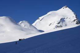 Turfølget på vei opp til Steinreset. Turen går videre opp over begge Puklene, før den markerte ryggen til hovedtoppen. - Foto: Arild Eidset