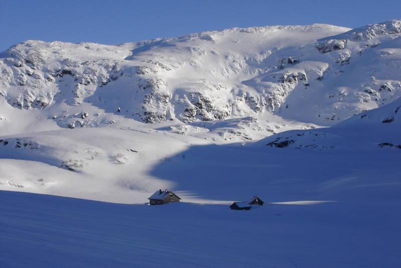 Mektige fjell og god vinterstemning ved Vending i februar.
