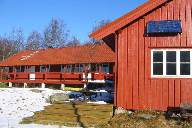 Vandredelen av hytta er midt i bildet