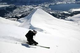 Skikjøring i 35-40 graders helling, med Ørsta for sine føtter. - Foto: Tomas Ahlberg