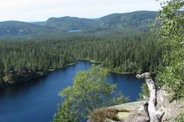 Utsikten fra Tverråsen er formidabel. Her ses Tverråsvannet nærmest og Nerdammen og Mellomdammen under Tretjernsåsen i Solbergvassdraget i bakgrunnen - Foto: Anne Gallefos Wollertsen