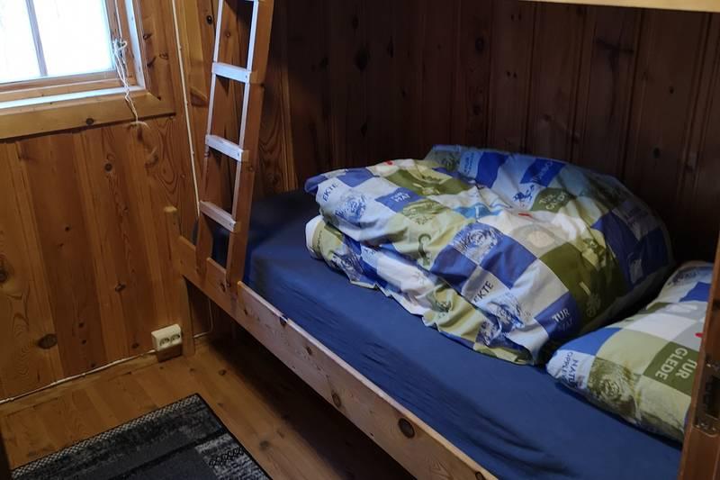 Hytta har to soverom med totalt 8 senger.