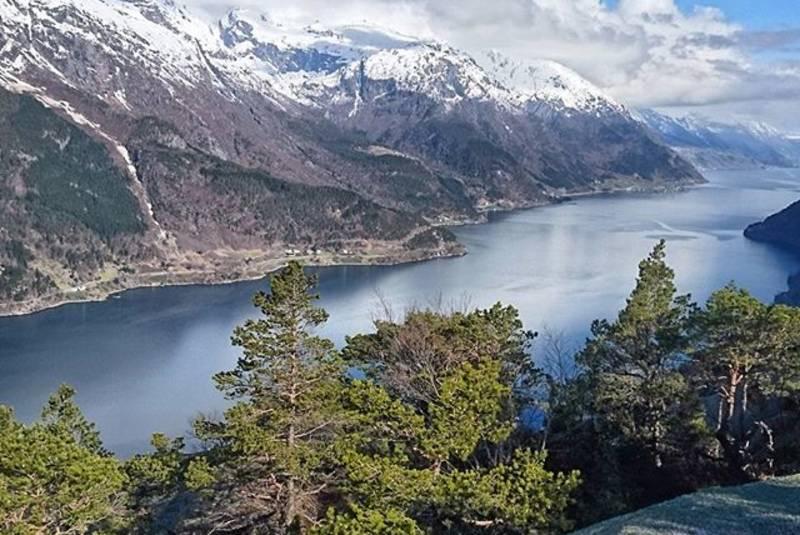 Utsikten på toppen av lilletopp, her ser man utover Sørfjorden (retning nord)