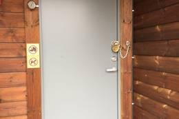 Hytta er låst med DNT standard nøkkel. Hytta skal låses ved avgang. - Foto: