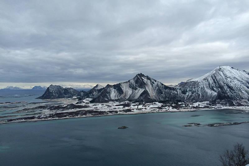 Engeløya som har vært bosatt av mennesker i 10 000 år. Hovedsete og viktig maktsenter vikingene, og opprinnelse til mange sagaer. Mang en hirdmann har kommet fra Engeløya.
