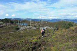 På vei ut mot Skongsnes fyr. Ein moderat tur på ca en time - Foto: Merete Duestøl