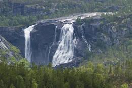 Sørelva danner en mektig foss et stykke unna turløypa. - Foto: Kjell Fredriksen