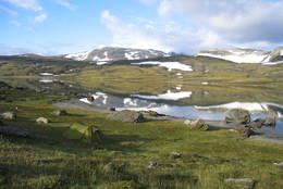 Simskardvannet med Kvigtind i tåka midt i bildet - Foto: Sveinung Tubaas