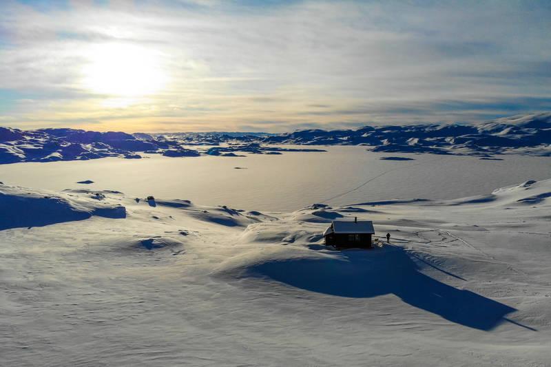 Hyttene ligger høyt og fritt med godt utsyn over Holmavatnet og fjellene rundt.