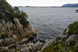 Mye av stien følger terrenget helt nede ved sjøkanten - Foto: Harald Atle Oppedal