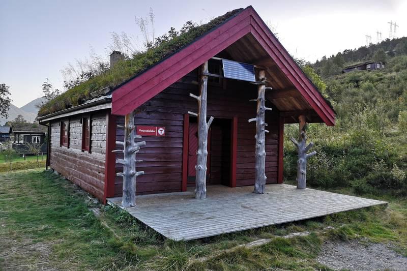 Venjesdalsbu ligger 150 meter fra parkeringen til Romsdalseggen og har fantastisk utsikt mot Isfjordsfjella og Venjetindene, Romsdalshorn og Blånebba.