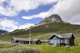 Torfinnstind rager over Torfinnsbu -  Foto: Kari Merete Horne