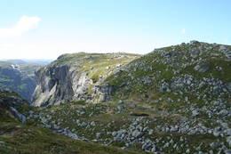 Kvita Råsa. I Bunnen av dalen skimter du steingjerdet og stien videre. -  Foto: Jim Harald Olsby