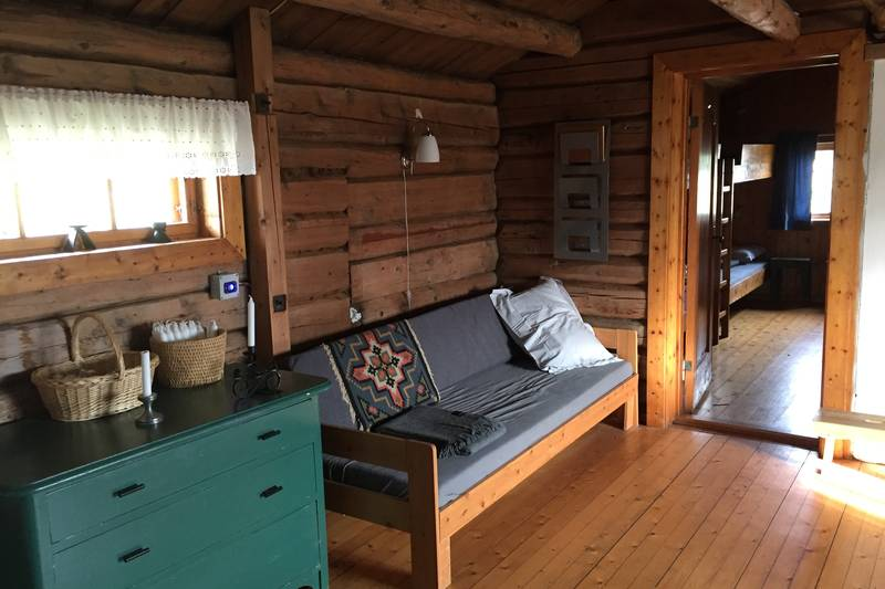 En seng & sofa i stua