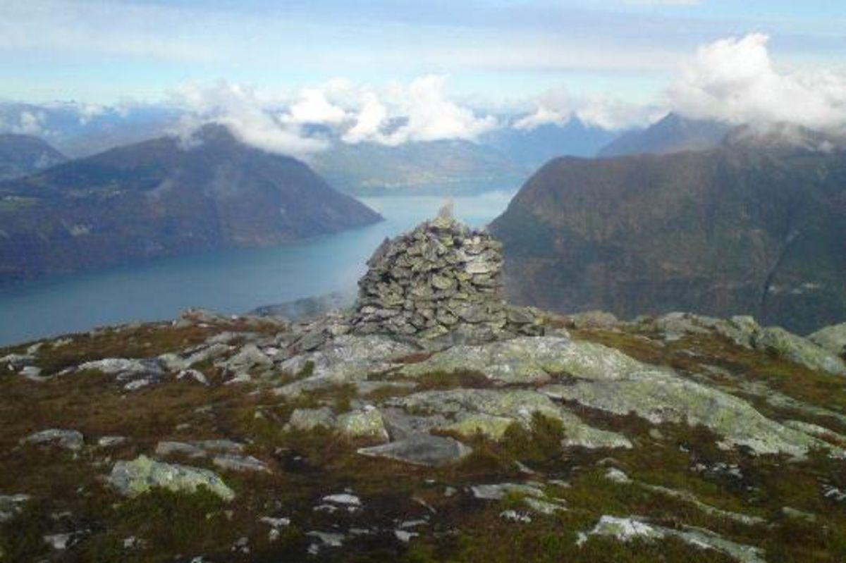 Varden på toppen med utsyn mot Lustrafjorden