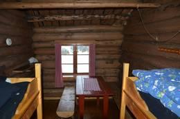 soverom med køyer, bord og benker - Foto: Ragnar Åsrud/Rachel Håndlykken/DOT