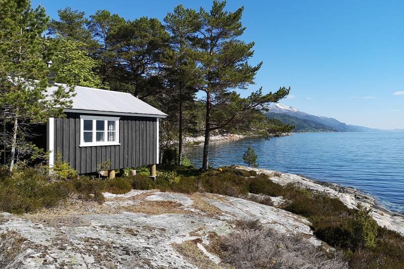 Veøystua ligger i Skjetnevika på sørsiden av Veøya