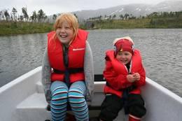 I Stabbursfjellvatnet er det fisk, og til Fellvasstua hører et lite naust med robåt og kano - Foto: Cecilia Lundbakk