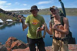 Fornøyde fjellvanter med fin fangst fra Raudbergvatnet - Foto: Ukjent