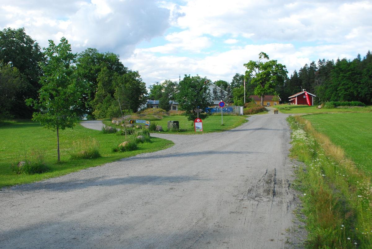 Grusvei med fast dekke helt til gården.