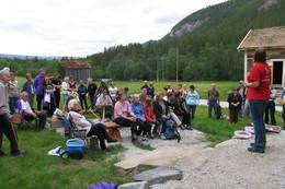 På tunet er det anlagt en trivelig bålplass med benker rundt - Foto: Asbjørn Hagen
