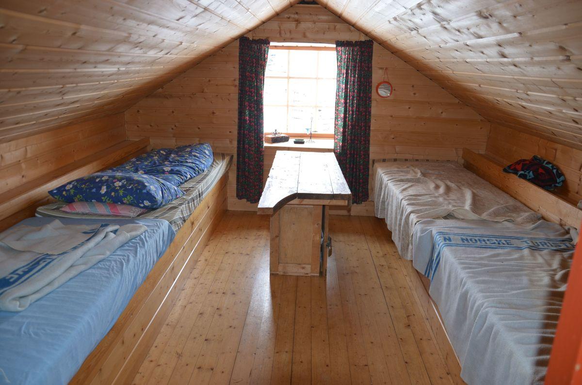 Interiør med sengebrisker med madrasser