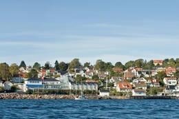 Åsgårdstrand med hotellet og havnen. Bildet er tatt før før den siste havneutbyggingen. - Foto: Ukjent