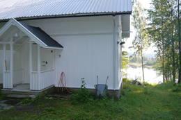 Vannkran ved inngangsdør på utsiden av hytta - Foto: