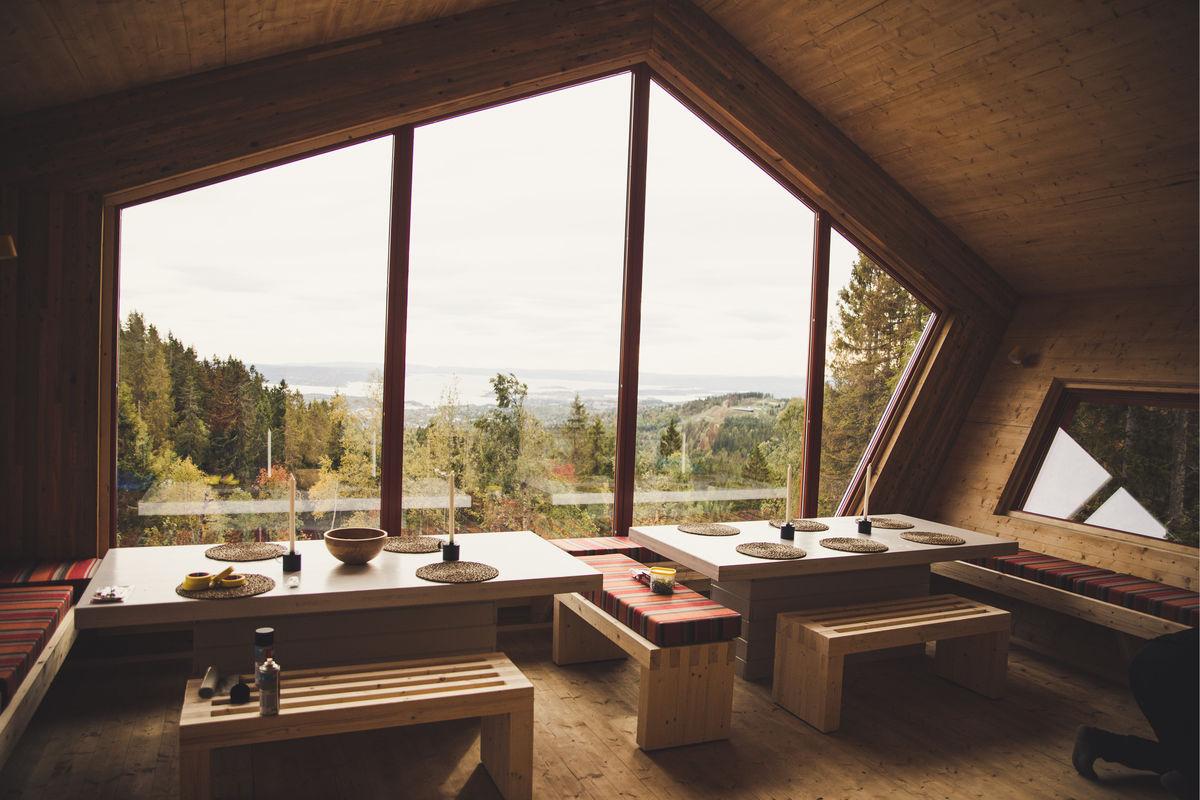 Stue og spiseplass med utsikt