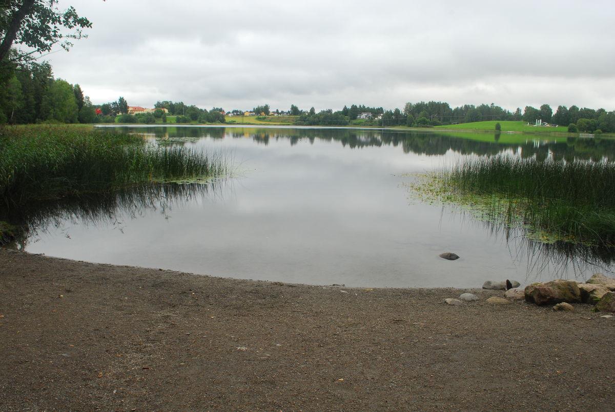 Flere badestrender på sørsiden av vannet.