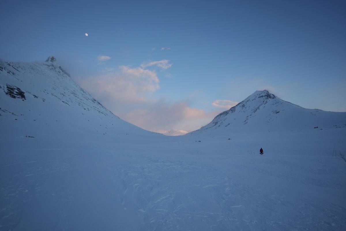 Snøholstind 2141moh til høyre og Store Rauddalseggje 2168 moh til venstre og Grisljetønnen i bakgrunnen 1518 moh