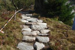 Stien opp til Skålatårnet er restuarert og delvis steinsatt også i nederste delen. - Foto: Karl H. Olsen
