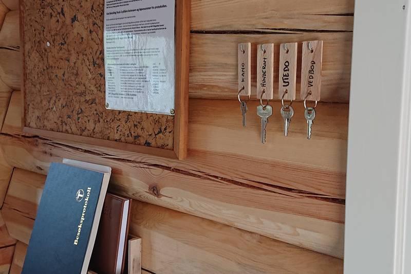 Informasjon i entré. Protokoll, hyttebok, priser og nøkler.