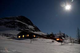 Måne og stjerner lyser opp landskapet og fjellene rundt Skogadalsbøen turisthytte rett før agregatet skal skrues av og lysene slukkes for kvelden. Bildet ble tatt onsdag 4.april. - Foto: Ivar August Bull