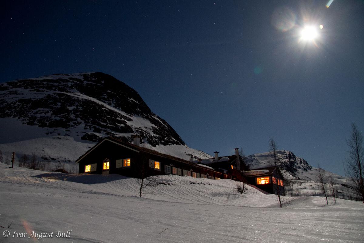 Måne og stjerner lyser opp landskapet og fjellene rundt Skogadalsbøen turisthytte rett før agregatet skal skrues av og lysene slukkes for kvelden. Bildet ble tatt onsdag 4.april.