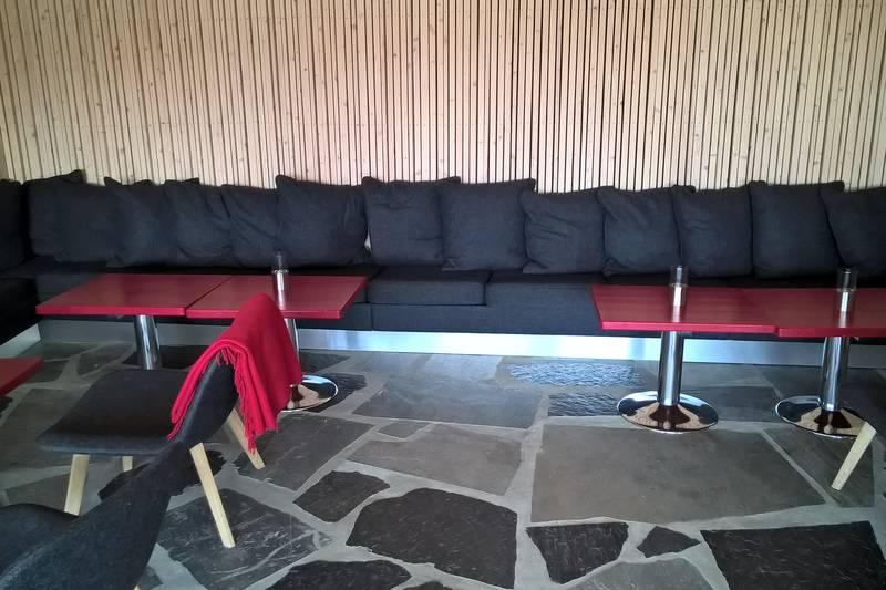 Preikestolen fjellstue. Stor sofa i peisestuen