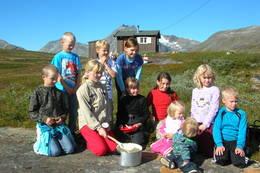 Barn lager grøt ved Losistua - Foto: Narvik og Omegn Turistforening