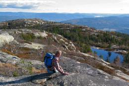 Skjentjønn til høyre og Bryggefjell bak - Foto: Arne W. Hjeltnes