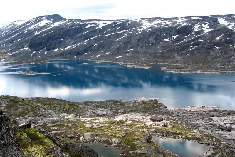 Hytta ligger ved Heimste Veltdalsvatnet, der det er gode fiskemuligheter.