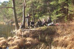 Her bruker Petter, Håvard, Vetle, Emma og Ole Martin i10B ved Tinntjønn skole, lørdagen 13.12.2014 til å dyrke friluftlivets glederved Kjellandsvannet. - Foto: Floke Bredland