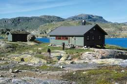Hytta ved Krossvatnet ligger sentralt i Dyraheio landskapsvernområde. Området har rike jakttradisjoner og er omgitt av de mektigst fjellene i denne delen av Ryfylkeheiene - Foto: Stavanger Turistforening