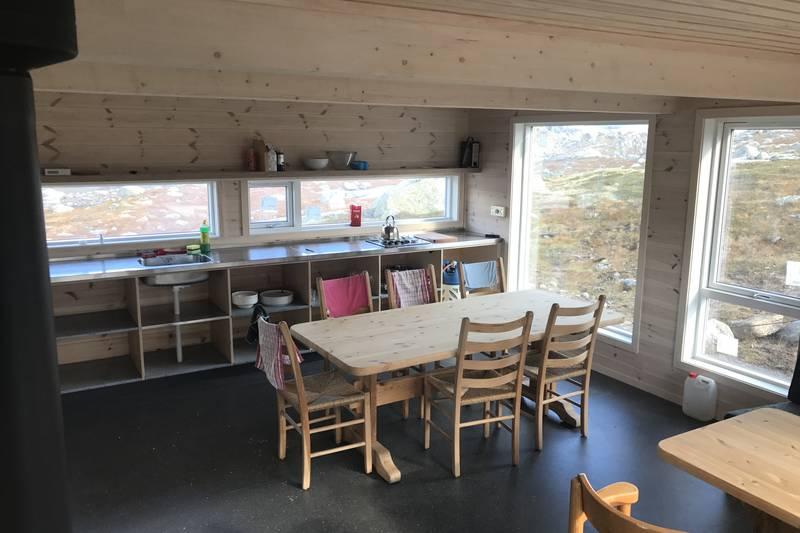 Praktisk interiør og flott utsikt fra den nye hytta.